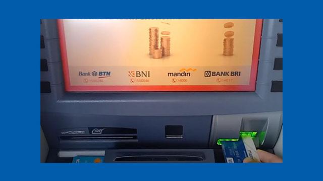 1 Masukkan kartu ATM Mandiri ke Mesin ATM