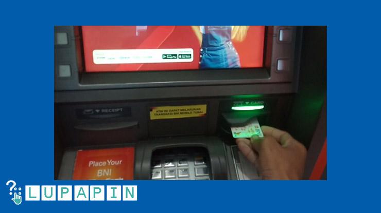 Masukkan Kartu Ke Dalam Mesin ATM BNI