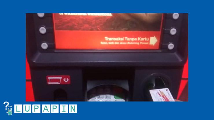 Masukkan kartu ATM ke mesin ATM.