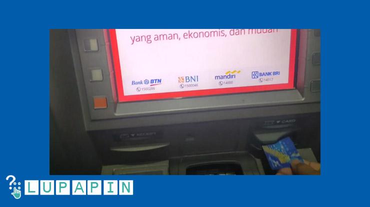 Selanjutnya masukkan kartu ke mesin ATM BRI.