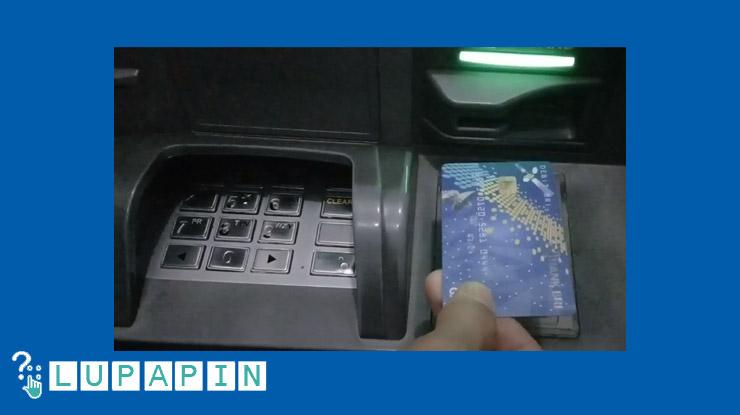 2.Masukkan kartu ke mesin ATM BRIS.